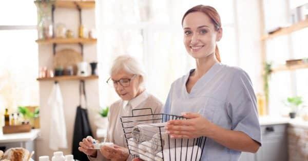 Aide-ménagère chez une femme agee